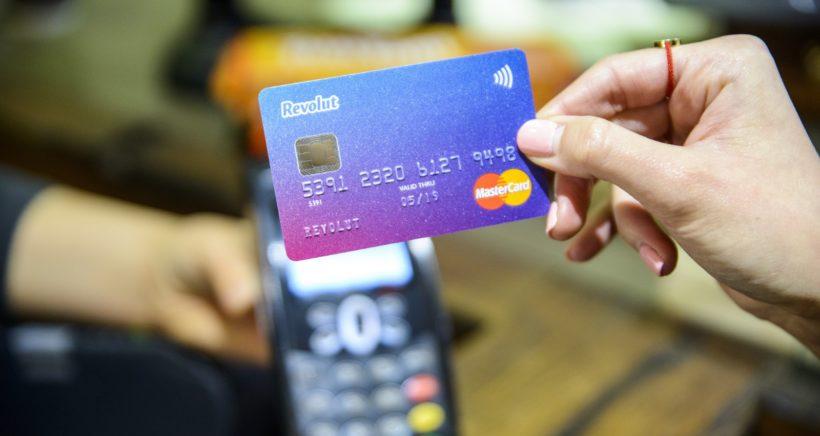 S Revolutem doma i za hranicemi. Zvoní tradičním platebním kartám hrana?